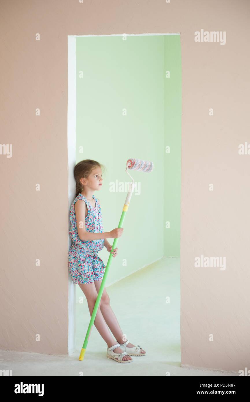 hermosos colores de pintura de la habitación Hermosa Nia Con Rodillo De Pintura En Manos De Nuevo Color