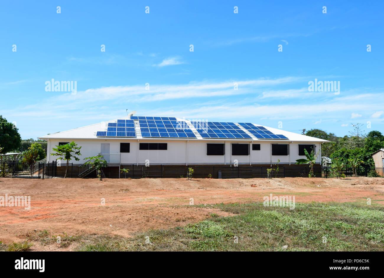 Paneles solares en el tejado de una casa en Lockhart River, Cape York, Far North Queensland, FNQ, Queensland, Australia Imagen De Stock