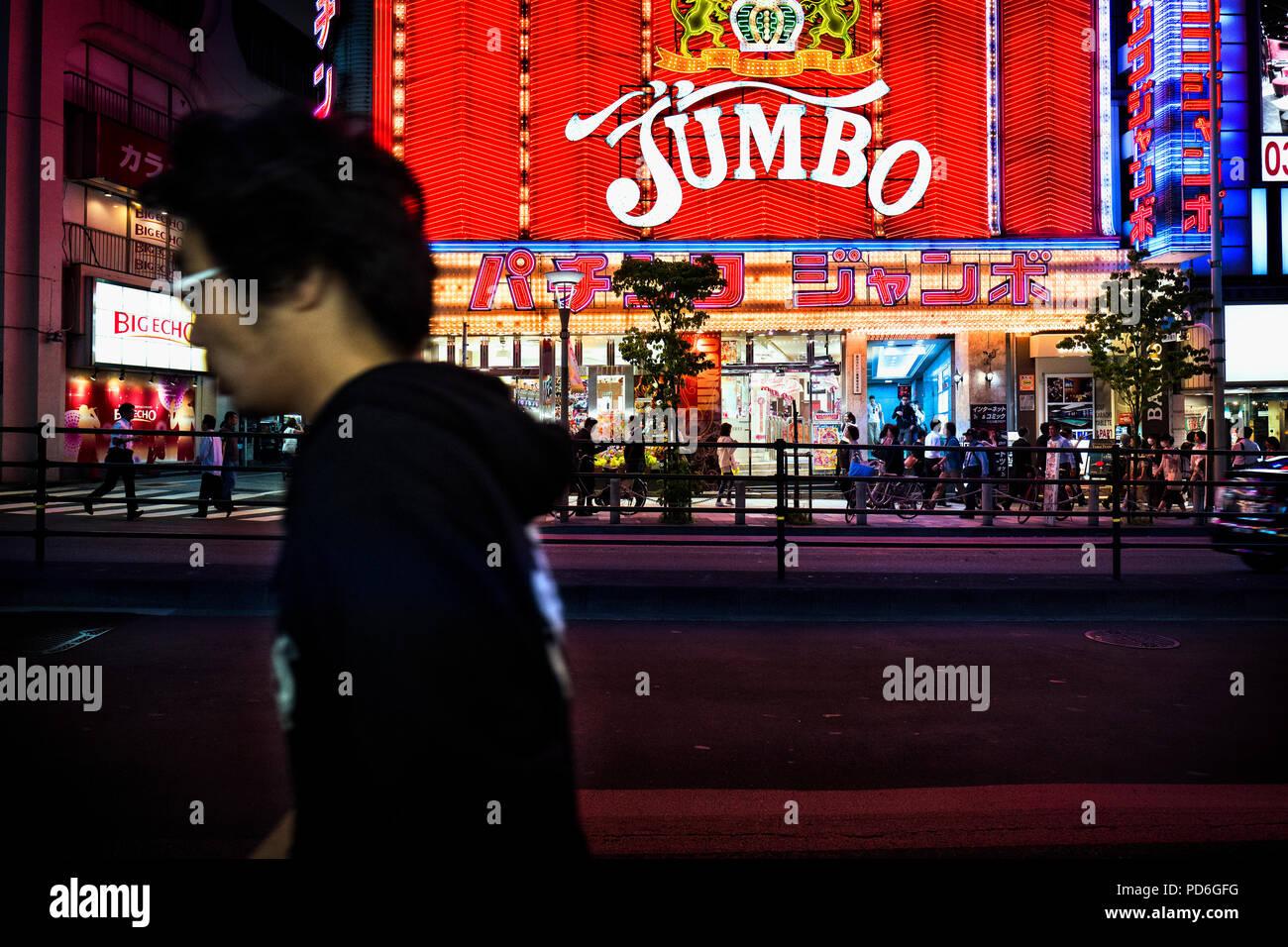 La isla de Japón, Honshu, Kanto, Tokio, por las calles por la noche en el distrito de Shinjuku. Imagen De Stock