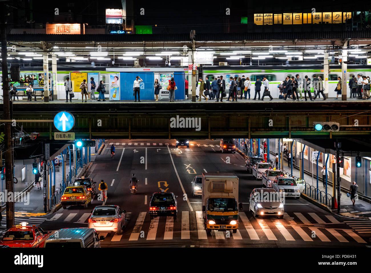 La isla de Japón, Honshu, Kanto, Tokio, una estación de tren y una debajo de trafic carretera a lo largo de la línea Yamanote. Imagen De Stock
