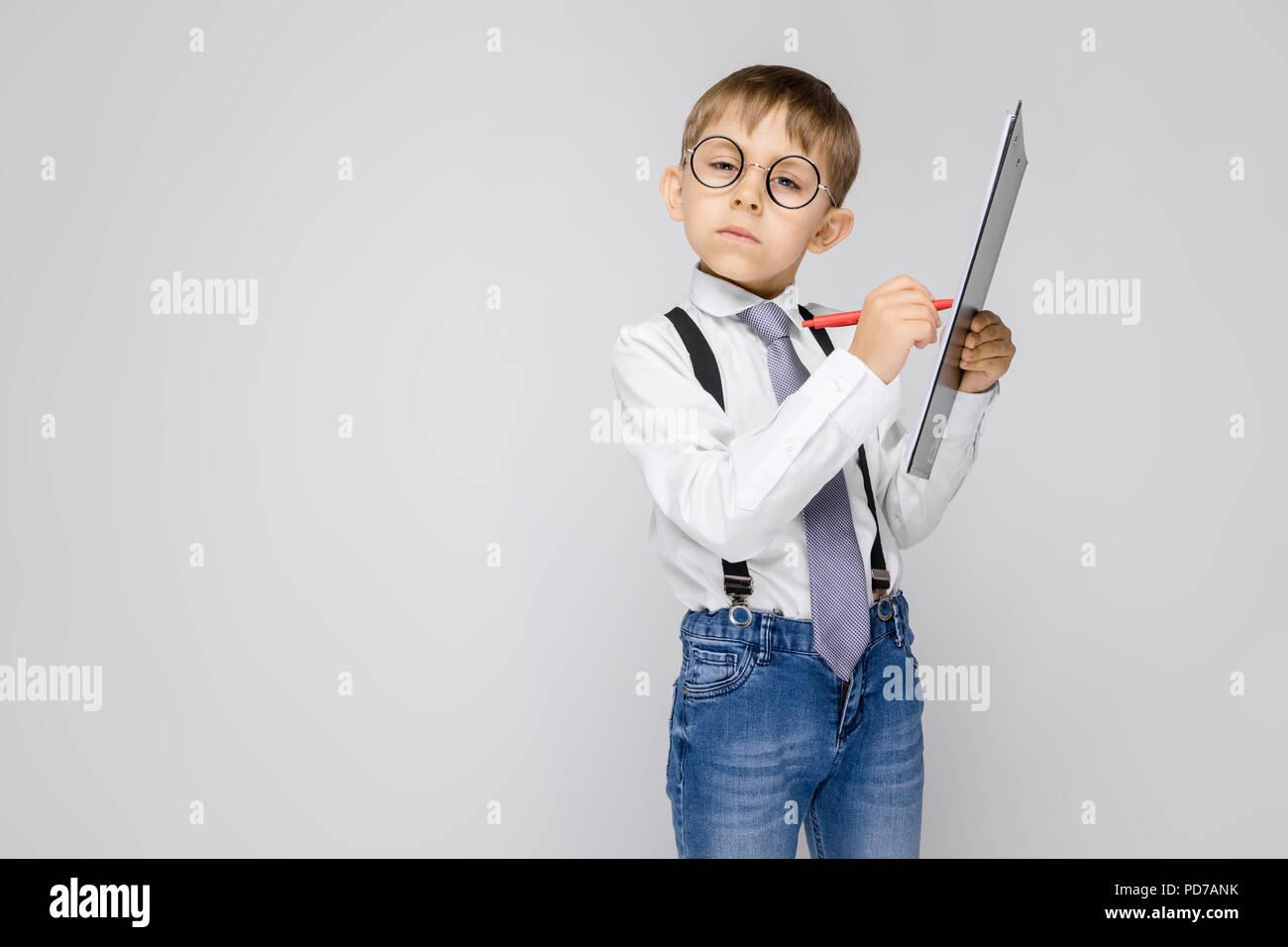 ff922d3c4 Un chico encantador en una camisa blanca