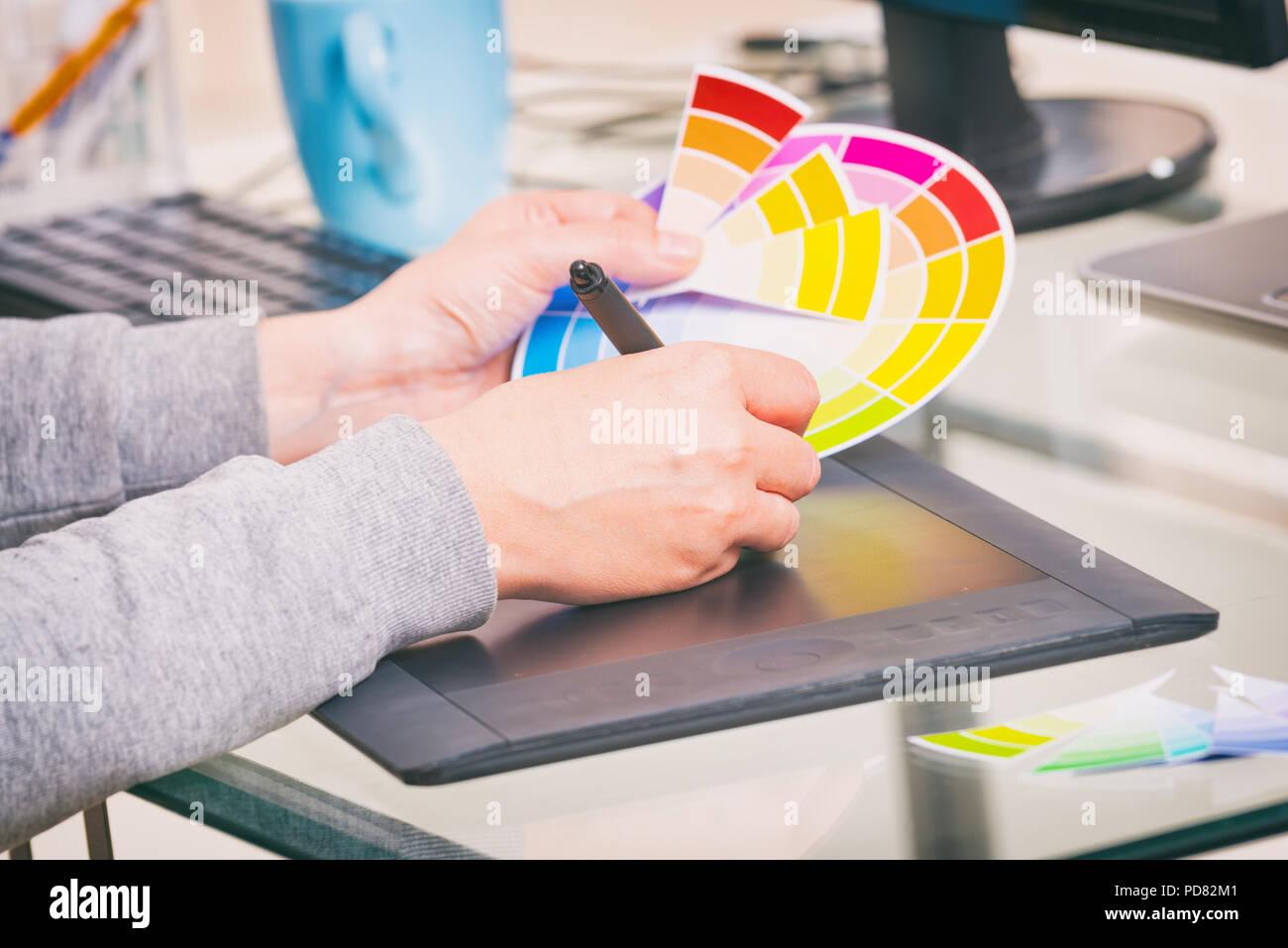 Diseñador utilizando tableta gráfica en la oficina Foto de stock