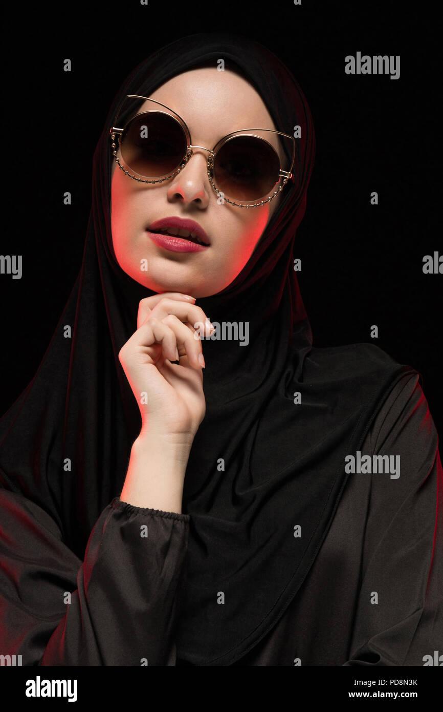 De Negro Elegante Vistiendo Hermosa Musulmana Joven Mujer Retrato WYD2EIH9