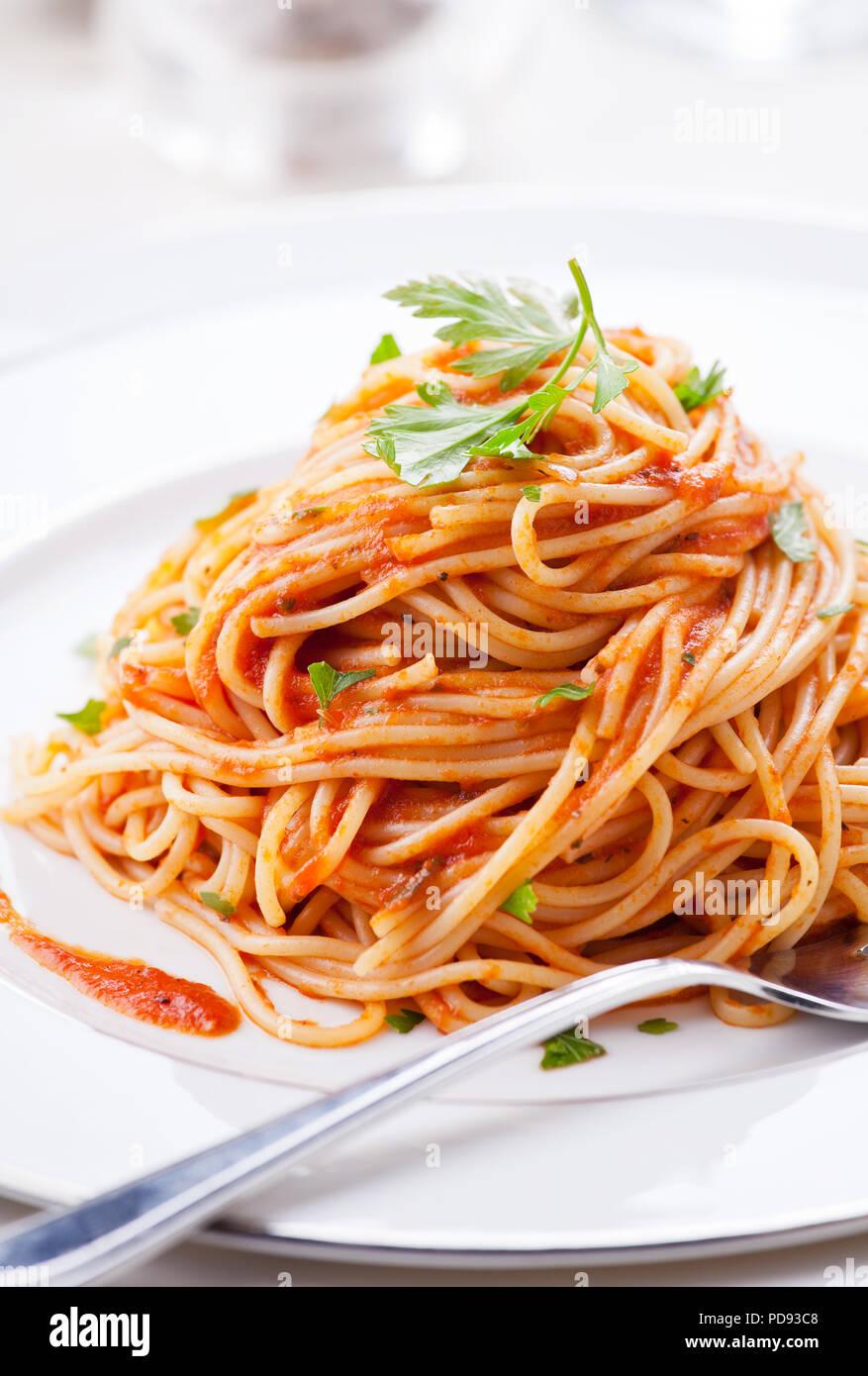 Plato de pasta con salsa de tomate casera y el perejil. Imagen De Stock