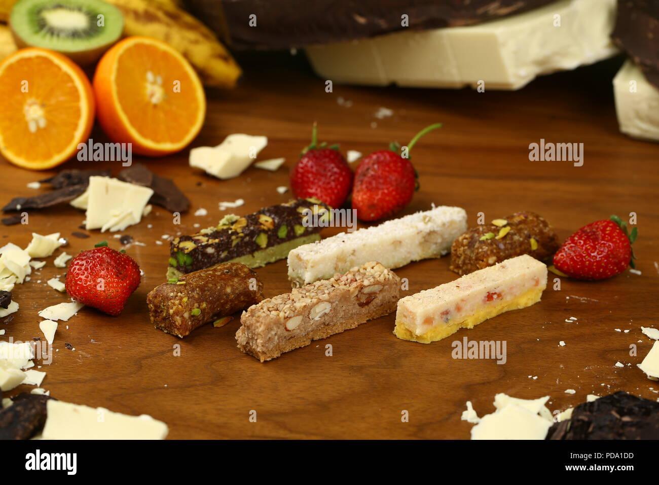 Barras de chocolate, pralines, trufas de diferentes tipos Foto de stock