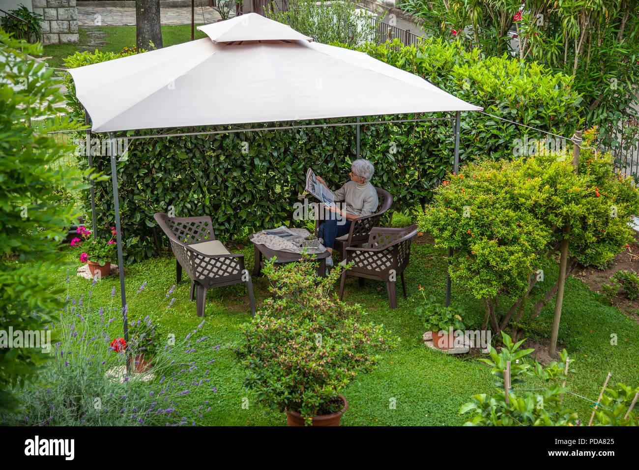 Le plaisir de la charla en vacances (Lucques - Toscane - Italie). El placer de la lectura en vacaciones (Lucca - Toscana - Italia). Imagen De Stock