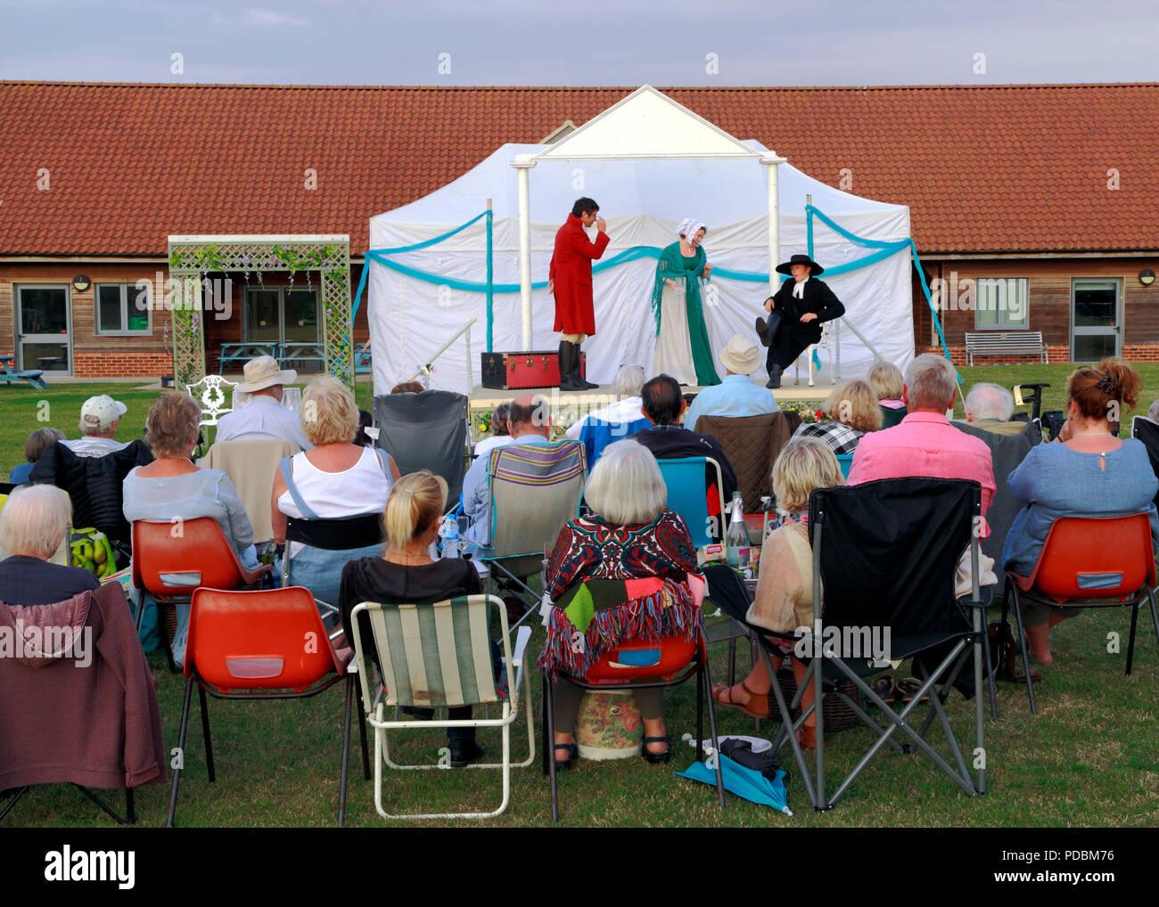 Teatro al Aire Libre, Heartbreak Productions, Orgullo y Prejuicio, audiencia, exterior, etapa,Thornham, Norfolk, UK Imagen De Stock
