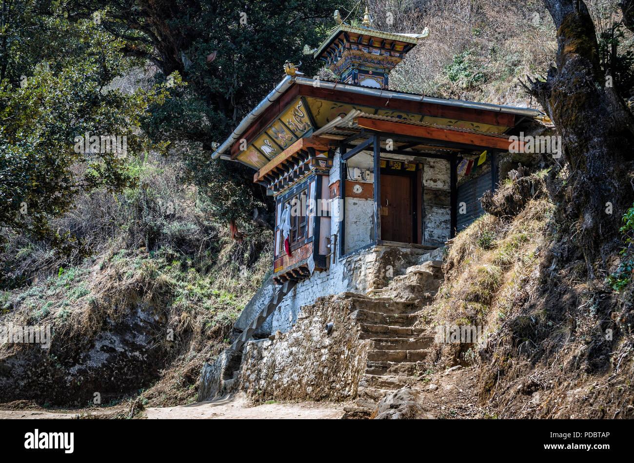Templo a lo largo de la senda en el Nido del Tigre, Paro, Bhután - El pequeño templo construido sobre el lugar de nacimiento de Je Khempo Geshey Guenden Rinchen, Paro, Bhuta Imagen De Stock