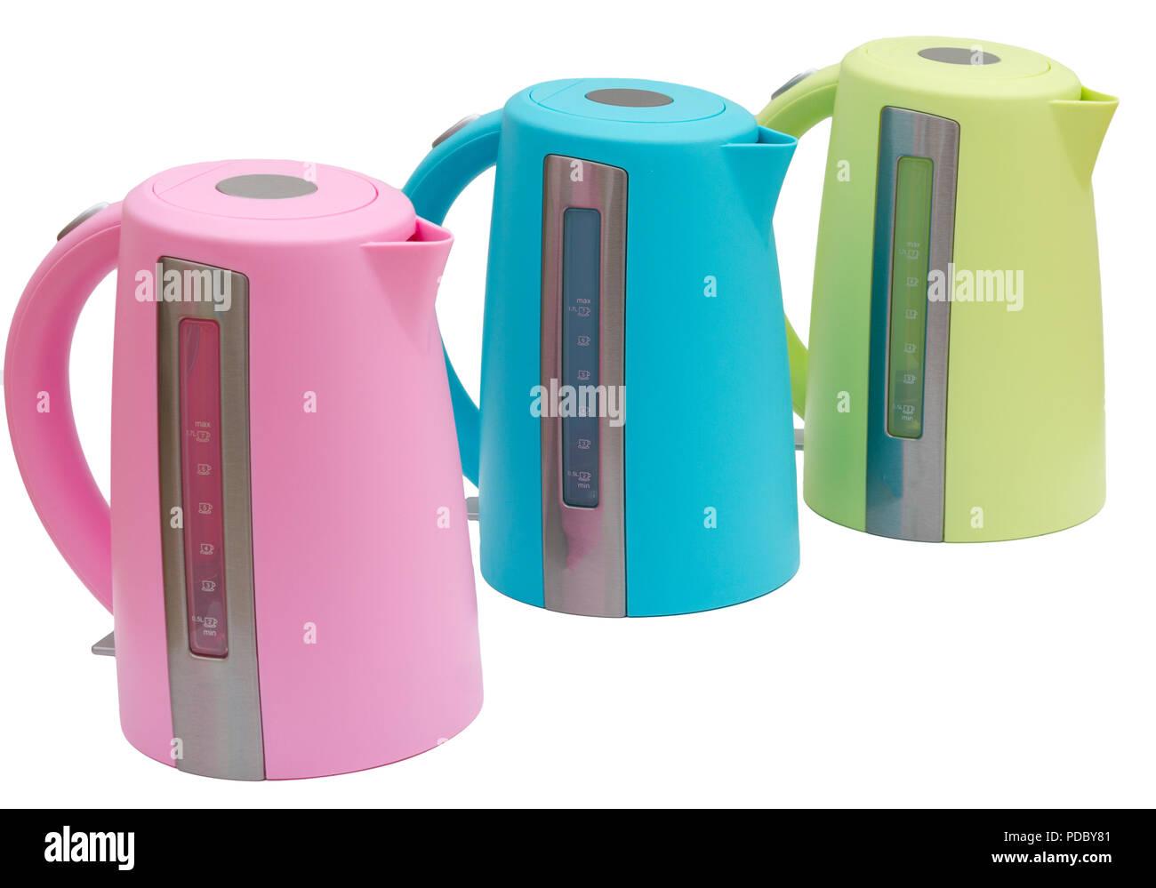 Calentadores de agua eléctricos de colores brillantes teteras de té aislado sobre fondo blanco. Imagen De Stock