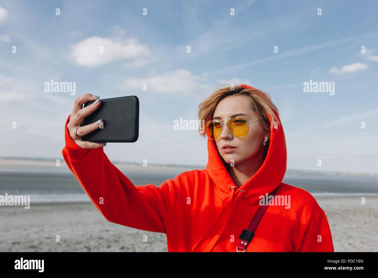 Atractiva En Tomando Gafas De Smartphone Sol Selfie Chica ymvIbfgY76
