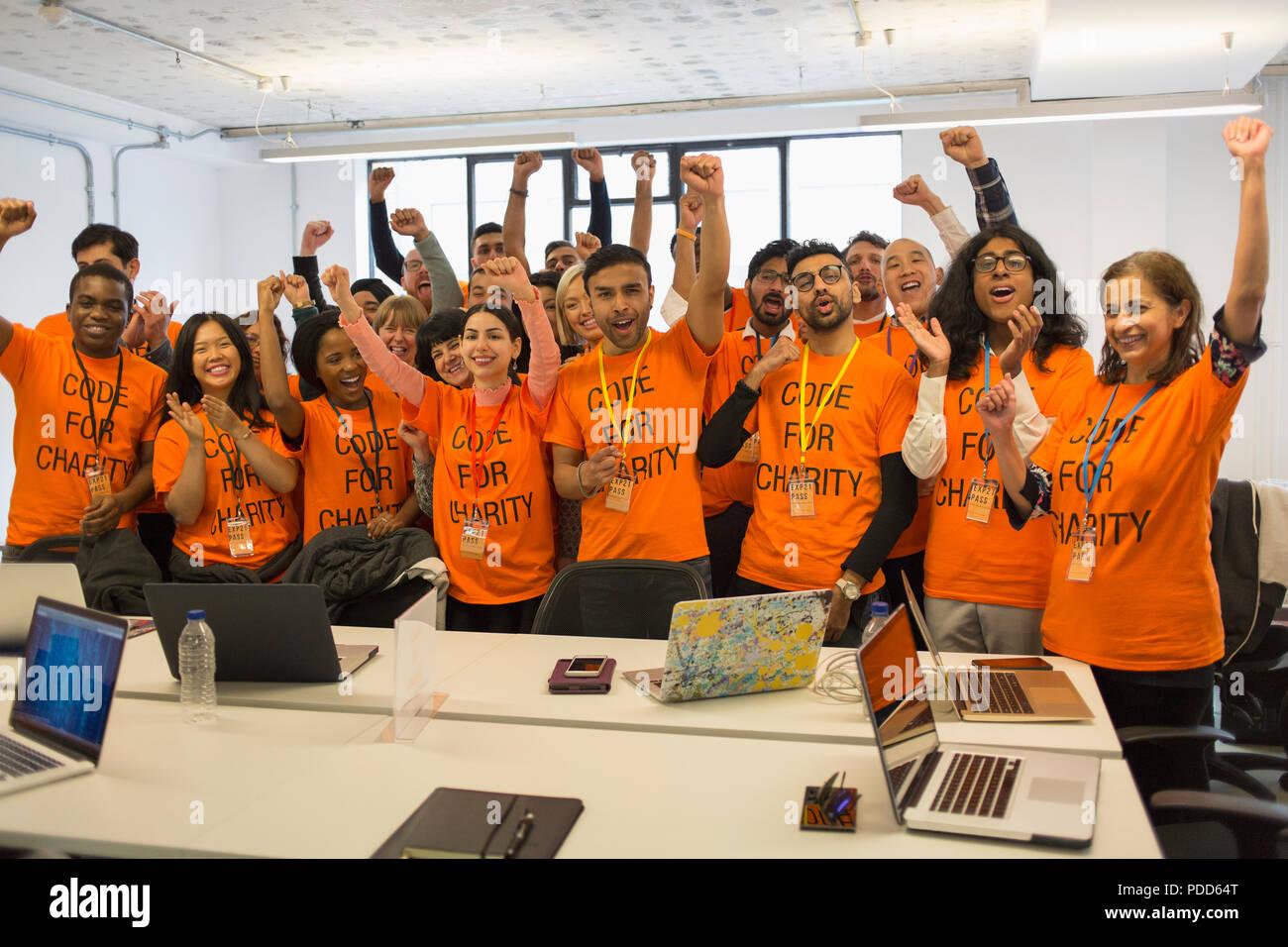 Retrato seguros de hackers vítores, codificación para caridad en hackathon Imagen De Stock
