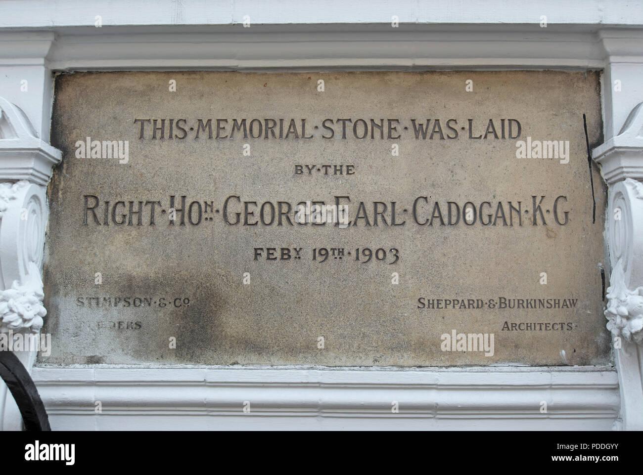 El 1903 Monumento de piedra colocadas por george earl cadogan marcó la apertura de un edificio a 1 Chelsea manor street, Chelsea, Londres, Inglaterra Imagen De Stock