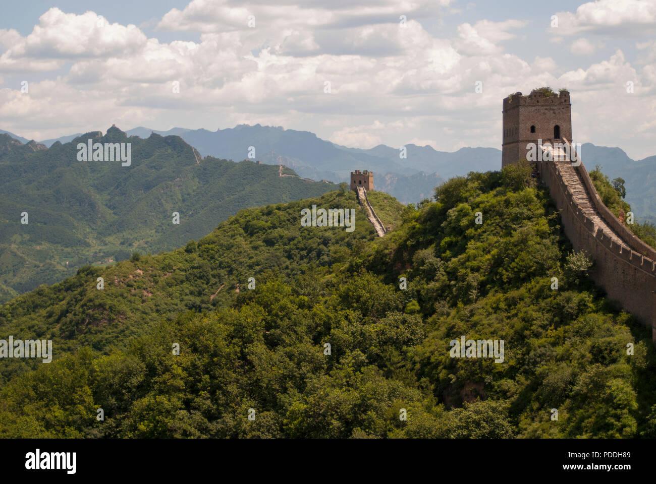 La Gran Muralla de China en tour caminando Jinshanling, una ruta de senderismo popular y una de las piezas mejor conservadas de la Gran Muralla con muchas características originales. Imagen De Stock