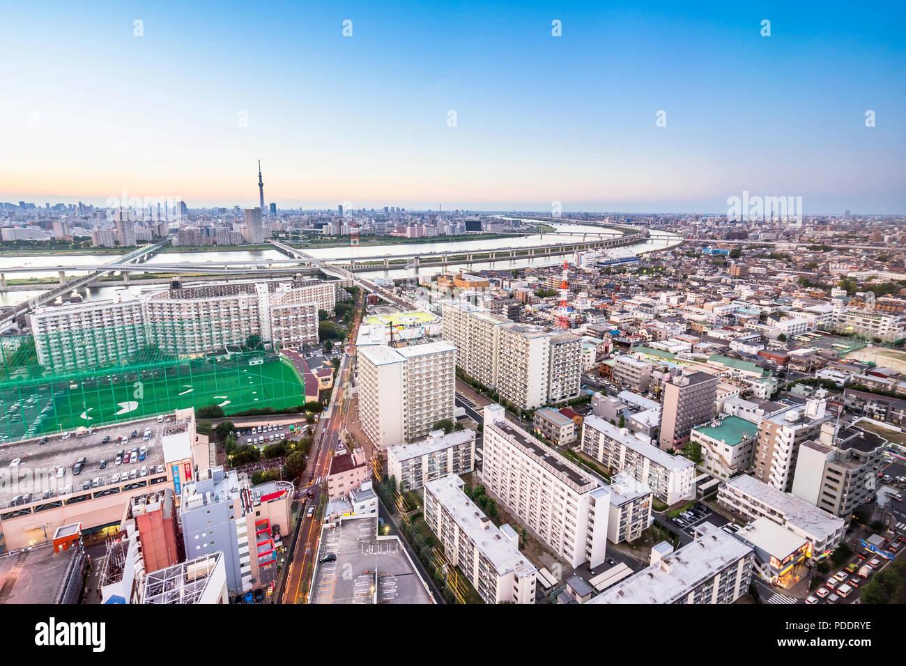 Concepto de negocio y cultura - vistas panorámicas del horizonte de la ciudad de ojo de pájaro moderno vista aérea con tokyo skytree bajo dramático y bello resplandor del atardecer nublado s Imagen De Stock