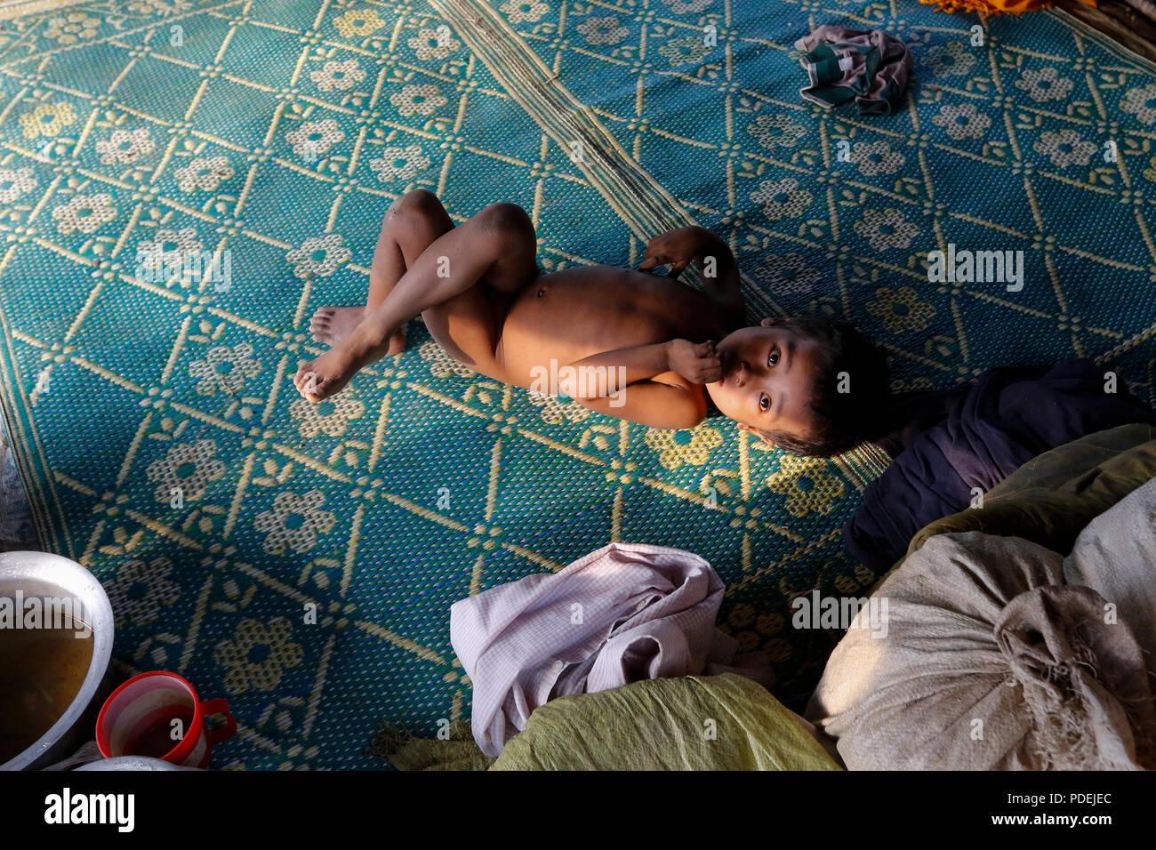 Un niño Rohingya en Kutupalong campamento de refugiados, Cox's Bazar, Bangladesh Imagen De Stock