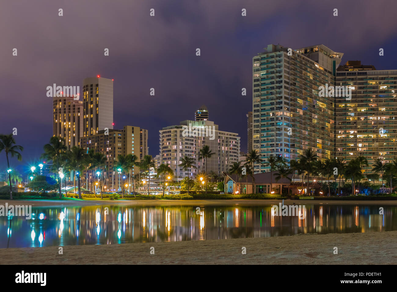 Vista nocturna de la playa de Waikiki y Diamond Head en Honolulu en la noche en Hawaii, EE.UU. Imagen De Stock