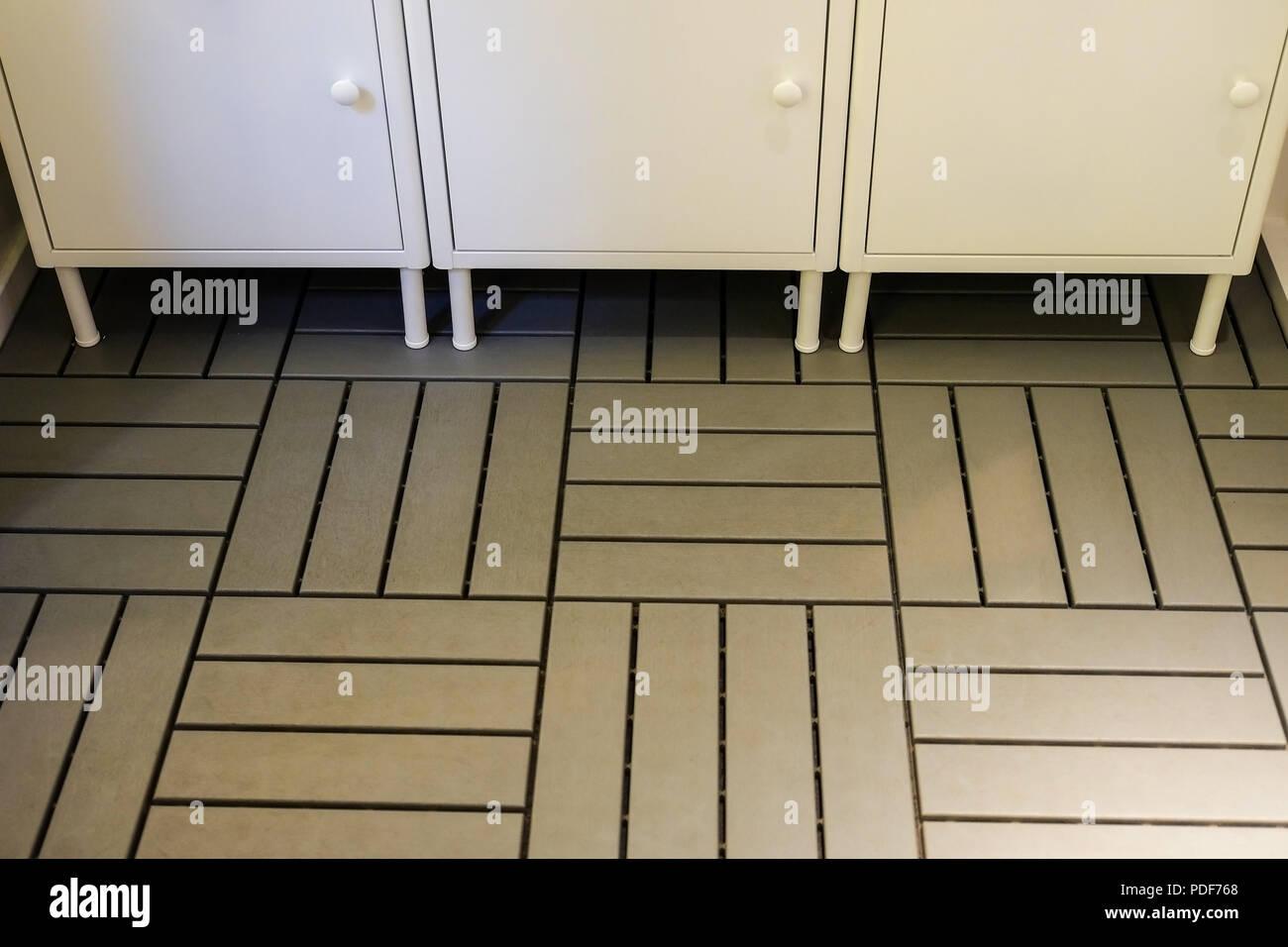 Los armarios en el baño. Pisos emparrillados. Interior ...