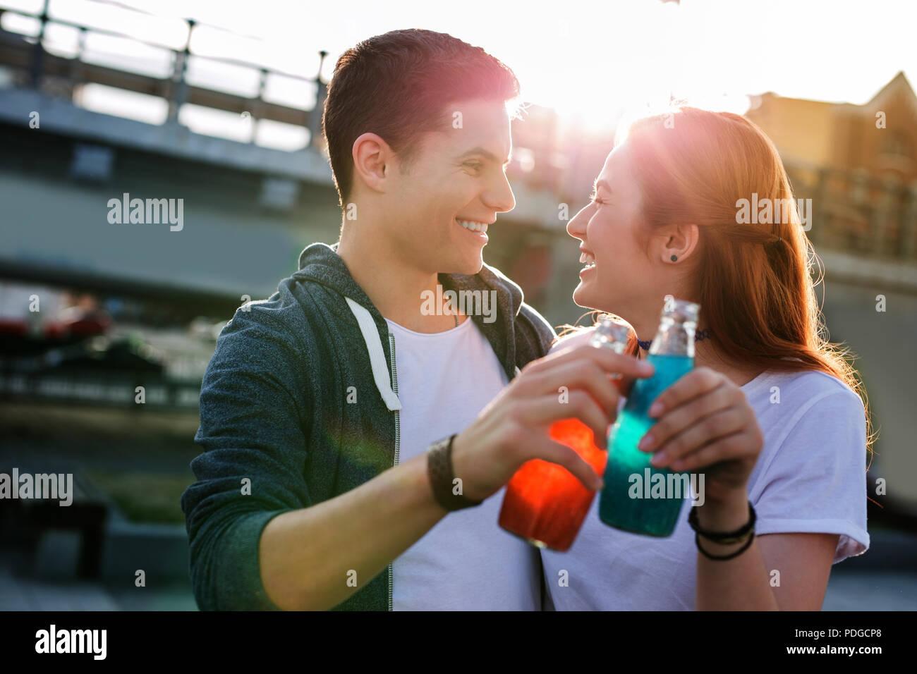 Linda pareja feliz vítores con bebidas dulces recuerdos. Imagen De Stock