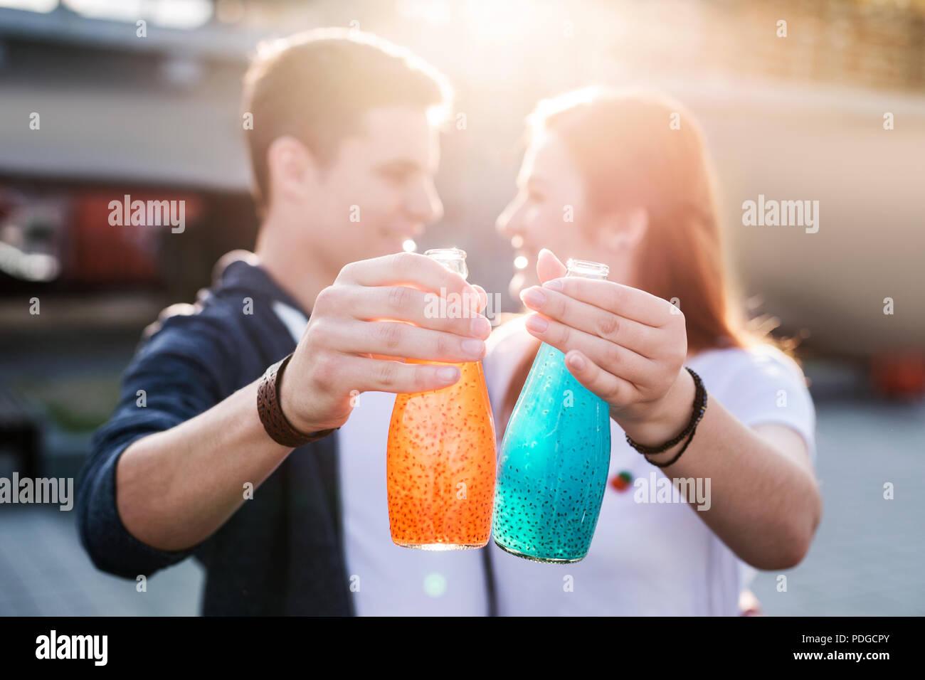 El enfoque selectivo de dos botellas tan delicioso. Imagen De Stock