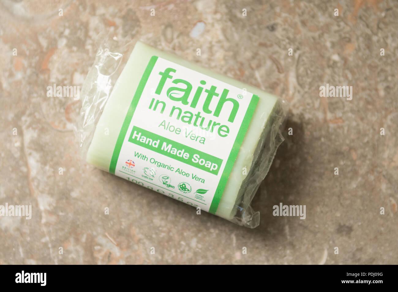 La fe en la naturaleza sólida barra de jabón hecho con aceite de palma sostenible Imagen De Stock