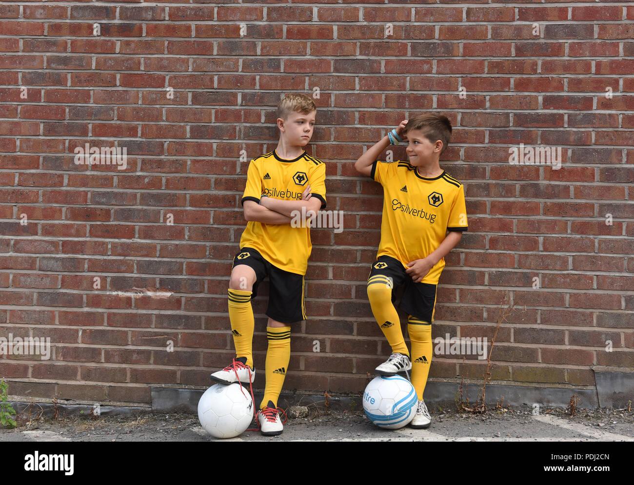 Los niños vestidos de Wolverhampton Wanderers FC réplica kits de fútbol  2018 Imagen De Stock 7791da2e0ff98