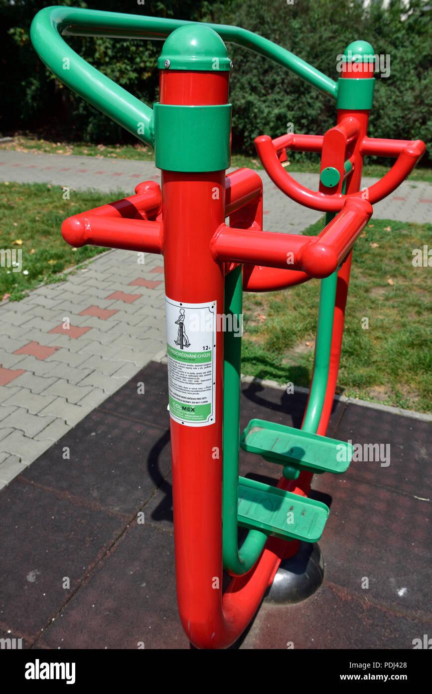 """Una máquina de ejercicio al aire libre ejercicio público de equipamiento para los ancianos en el parque, """"parque portuario pro seniory', Praga, República Checa Imagen De Stock"""