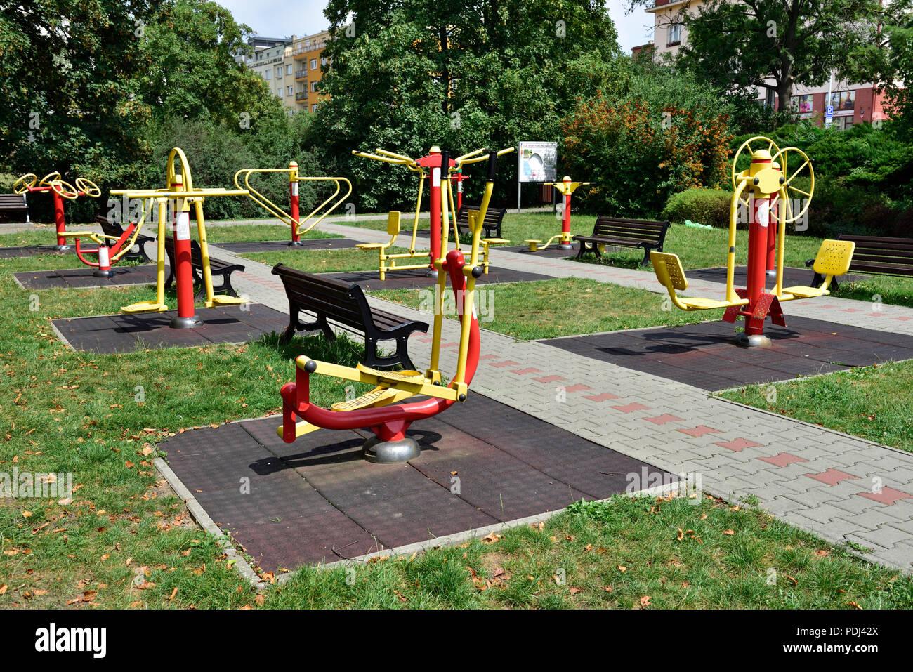"""Equipo de ejercicio público exterior para personas de la tercera edad en el parque, """"parque portuario pro seniory', Praga, República Checa Imagen De Stock"""