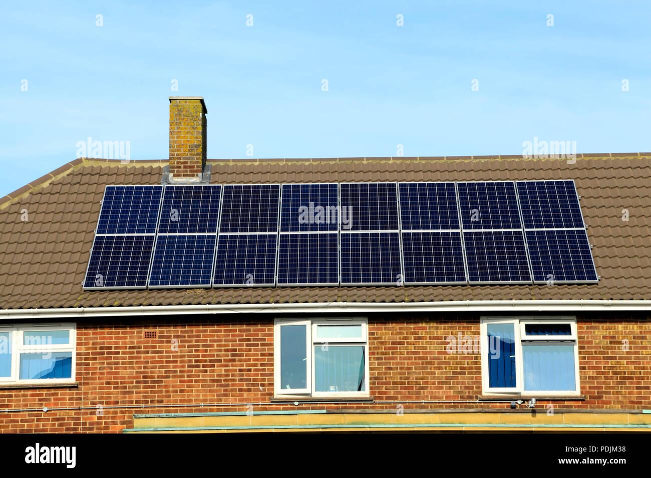 Panel Solar, paneles, paneles, techo, oficina, Inglaterra, Reino Unido. Imagen De Stock
