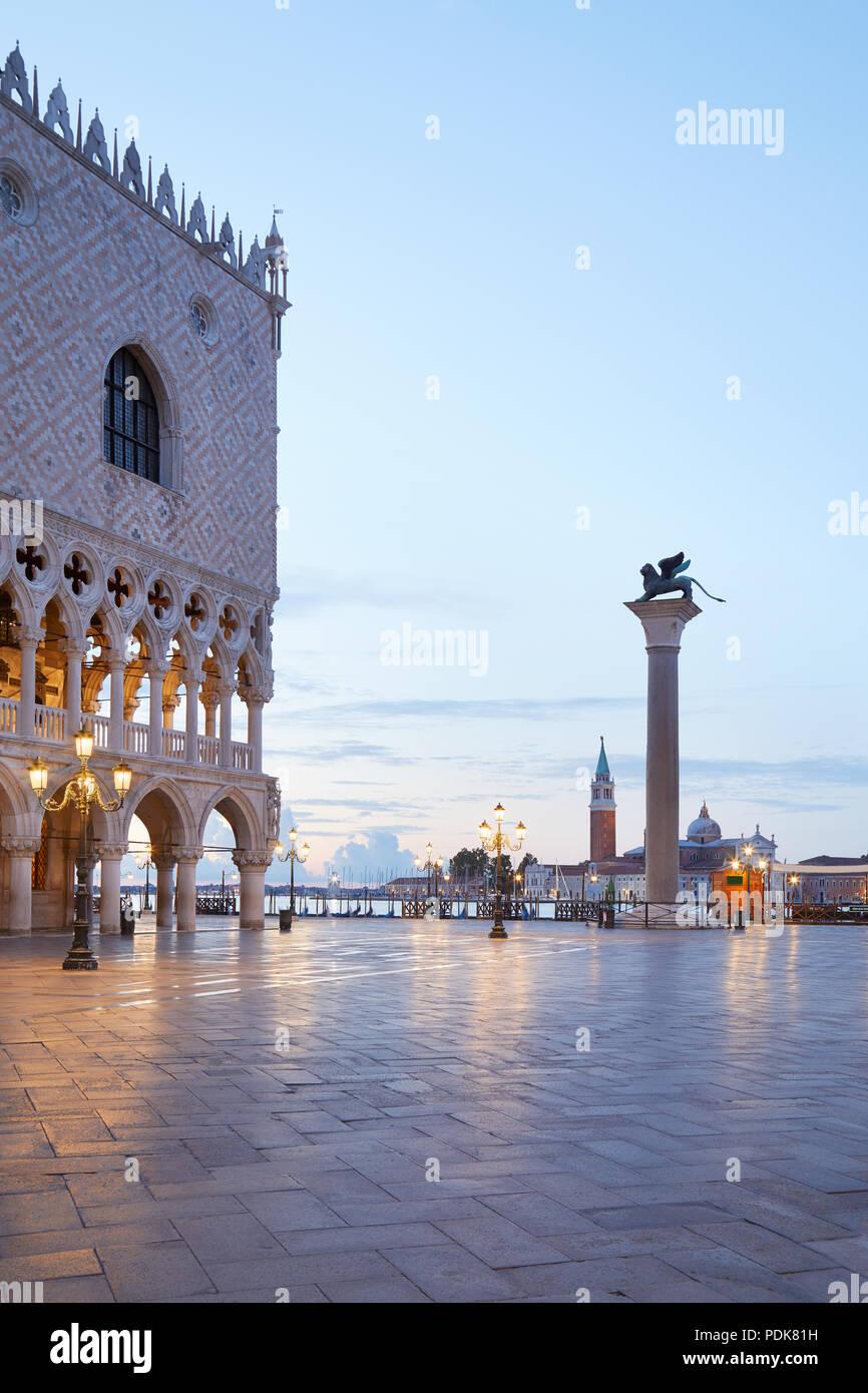 La plaza de San Marcos con la columna con el león alado y el palacio Doge, nadie en la madrugada en Venecia, Italia Imagen De Stock