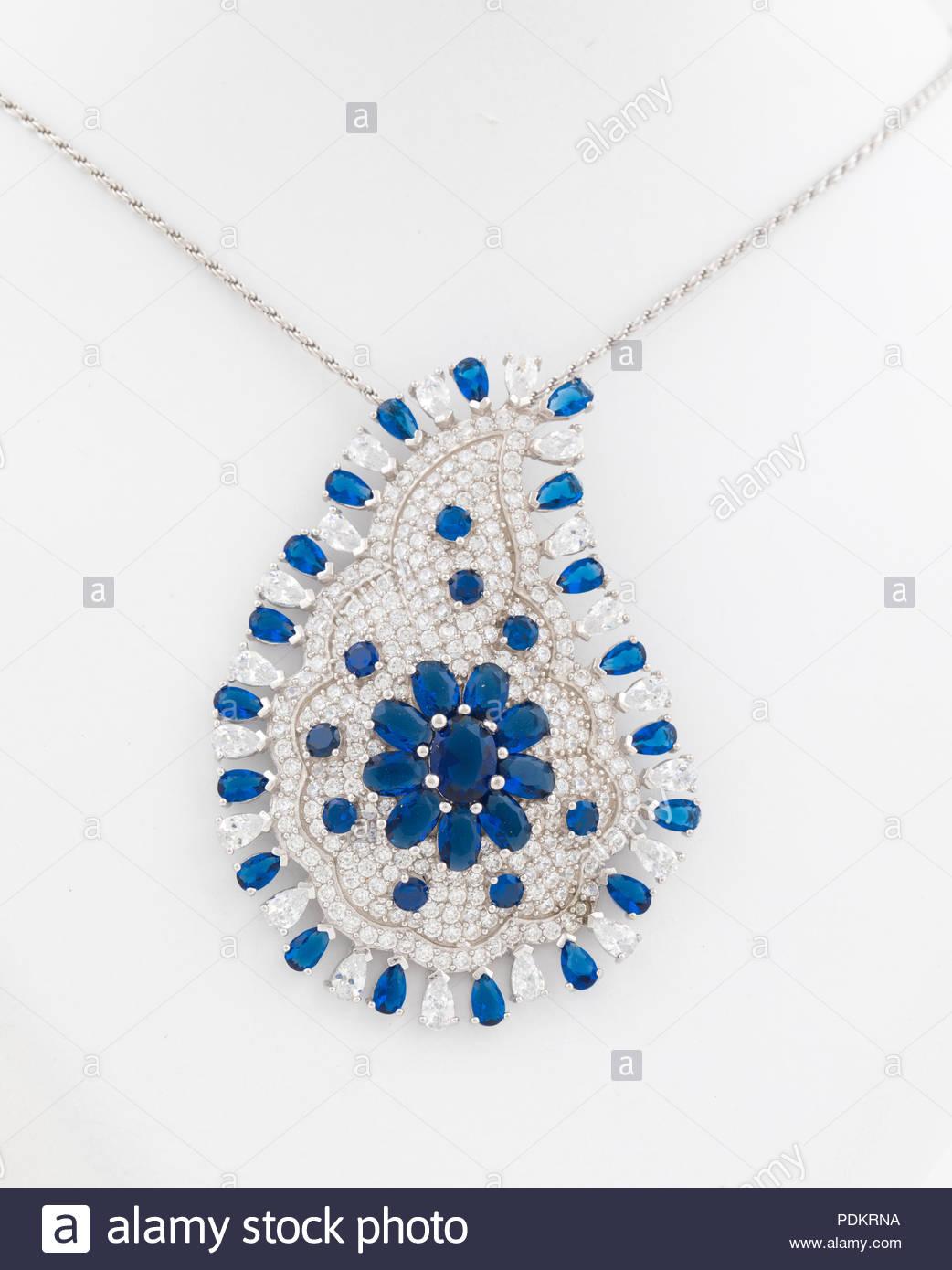 d77b59867c6a Colgante con diamante. Signo de amor. Bisutería antecedentes Foto ...