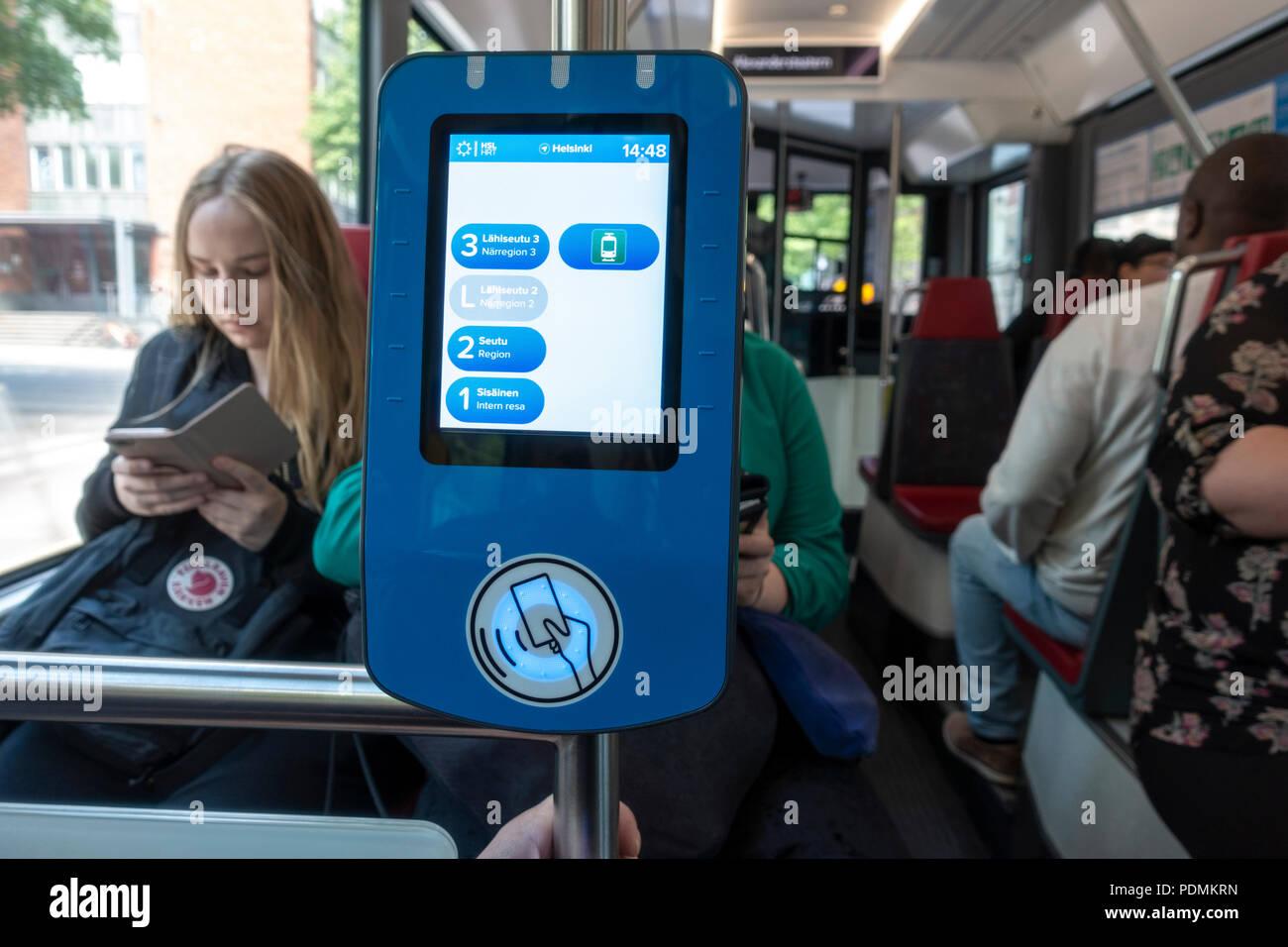HSL de Tarjeta y lector de tarjeta de visitante en Helsinki el tranvía. Tarjetas inteligentes sin contacto validador de billetes electrónicos. Billete de tranvía pasa la máquina. Imagen De Stock