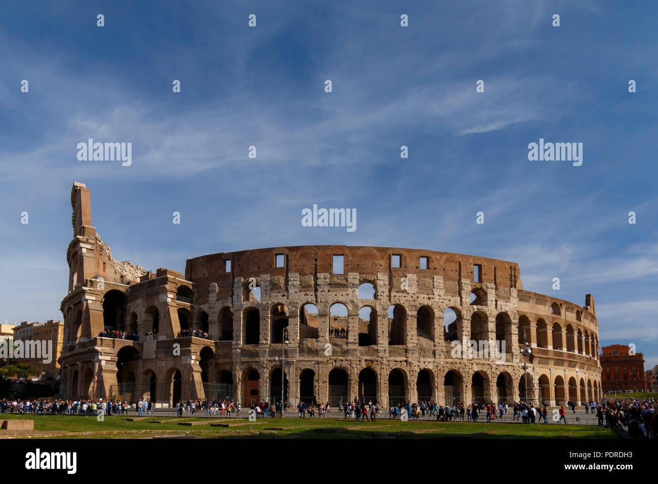 Coliseo de Roma a la luz diurna, Sitio del Patrimonio Mundial de la UNESCO Roma, Roma, Italia Imagen De Stock