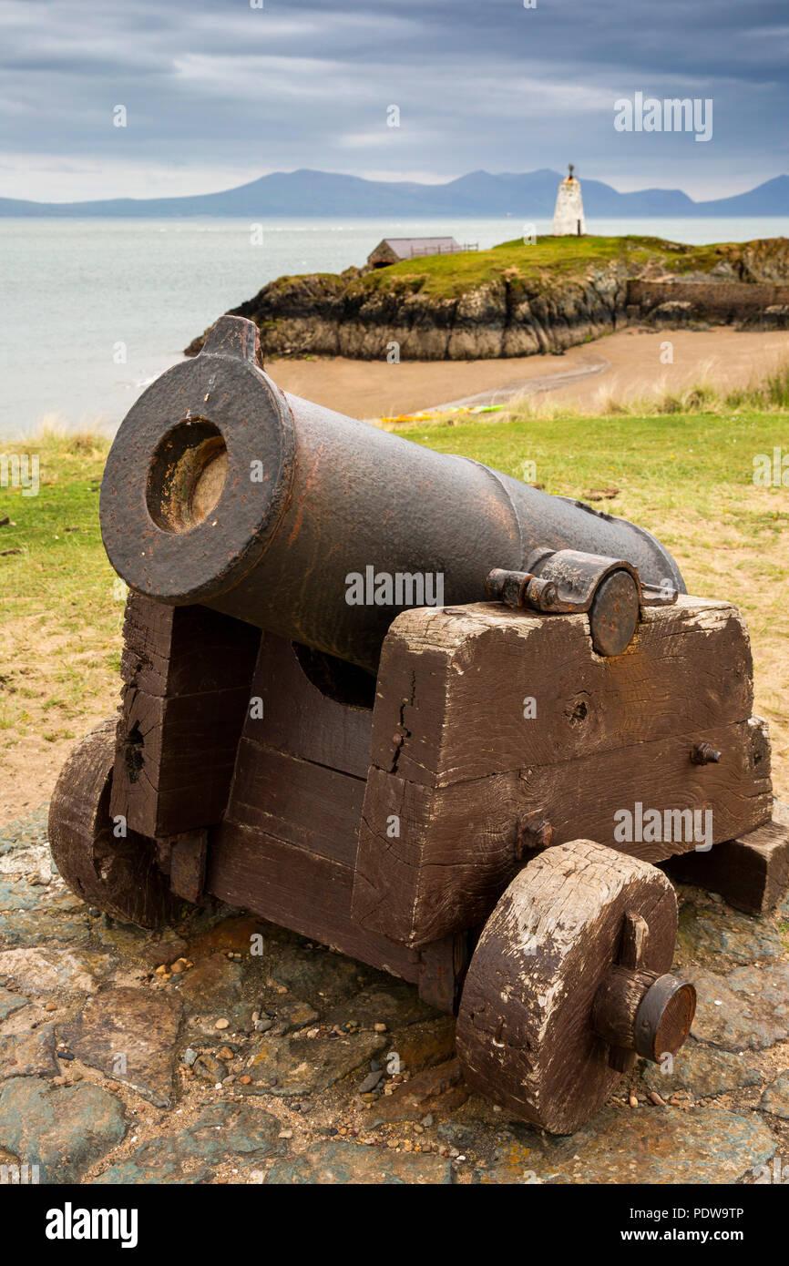 Reino Unido, Gales, Anglesey, Newborough, Isla Llanddwyn, viejo cañón utilizado para convocar a la tripulación de botes salvavidas Foto de stock