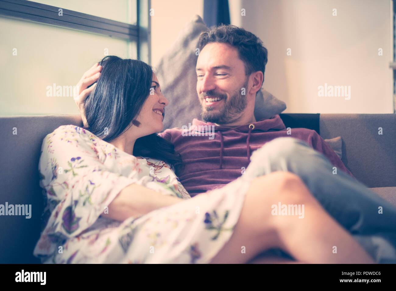 Alegre hombre y mujer caucásica en las actividades de ocio en el hogar sonrisa y disfrutar de la vida esperando un nuevo bebé a completar la pareja y la familia. Feliz púb Imagen De Stock