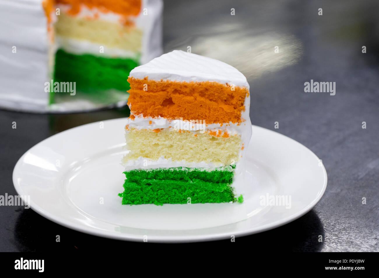 Tri color rodajas de bizcocho con capas - especial del día de la independencia el 15 de agosto la India Imagen De Stock