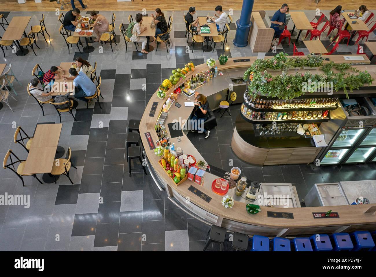 Vista aérea de la zona de restaurante en un centro comercial de Tailandia. Los comensales desde arriba. El sudeste de Asia. Imagen De Stock