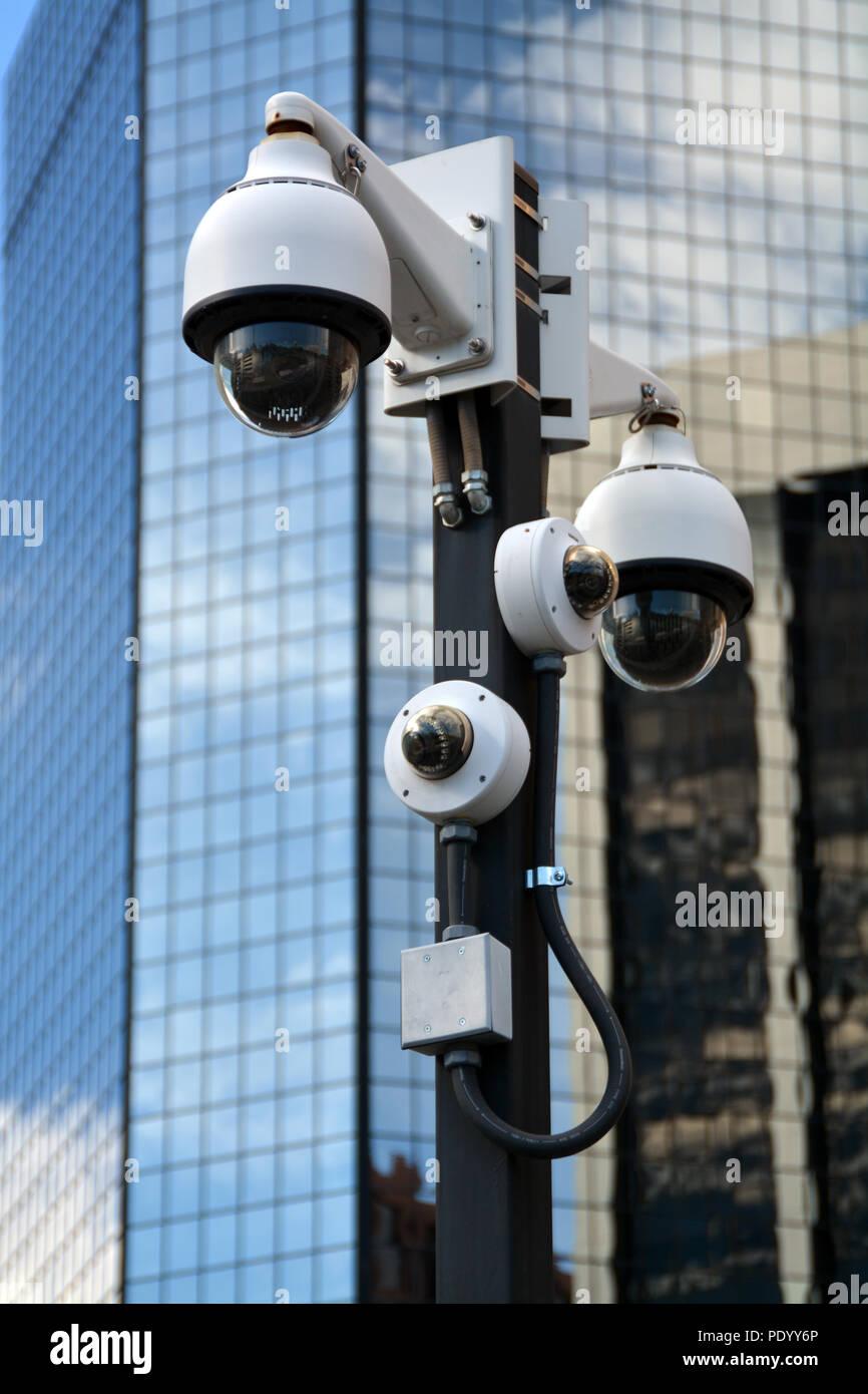 Un grupo de cámaras de vigilancia en un poste en una ciudad. Exclusivo de fotografía de stock con derechos gestionados. Foto de stock