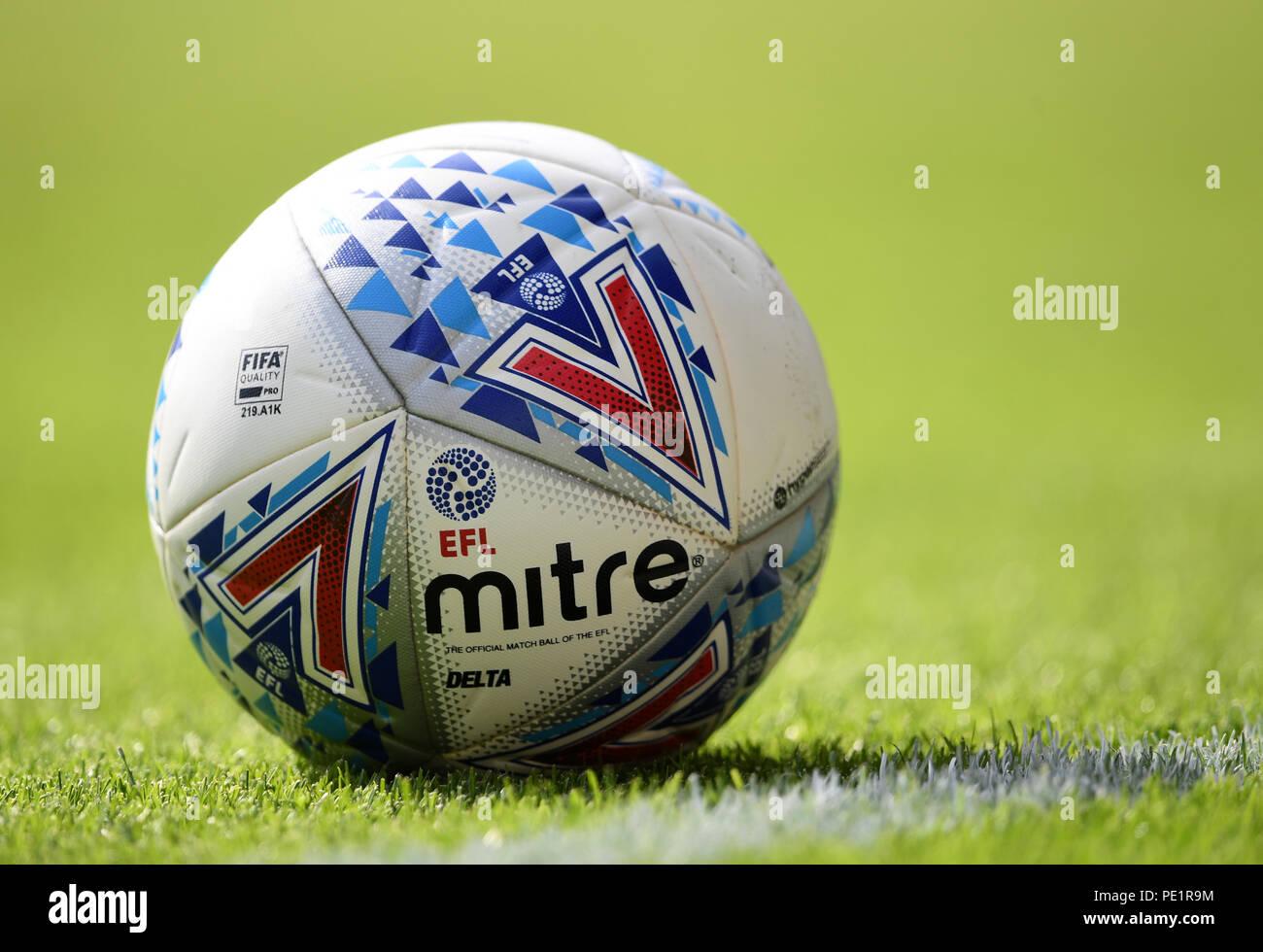 El balón Mitre durante el cielo apuesta partido de campeonato en el estadio  Carrow Road 3531a69a0b099