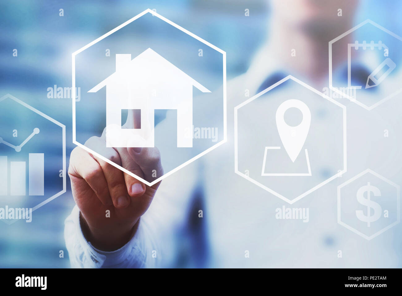 Concepto de inversión inmobiliaria, el valor de la propiedad el diagrama en la pantalla táctil, comprar una casa. Imagen De Stock