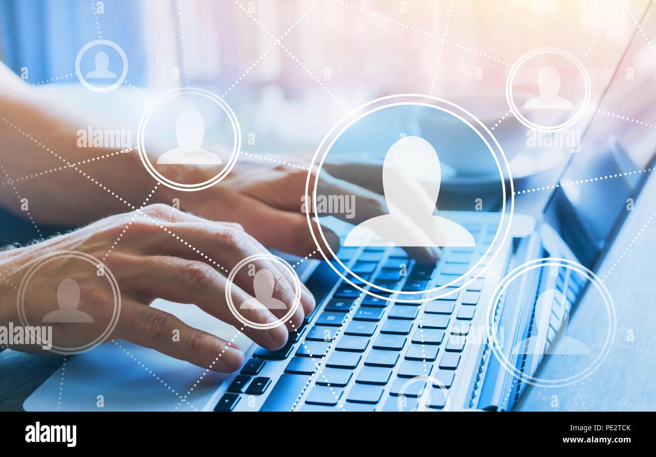 HR, en concepto de recursos humanos, la red social con la gente de la empresa iconos, comunidad en línea, manos escribiendo en el teclado del ordenador Imagen De Stock
