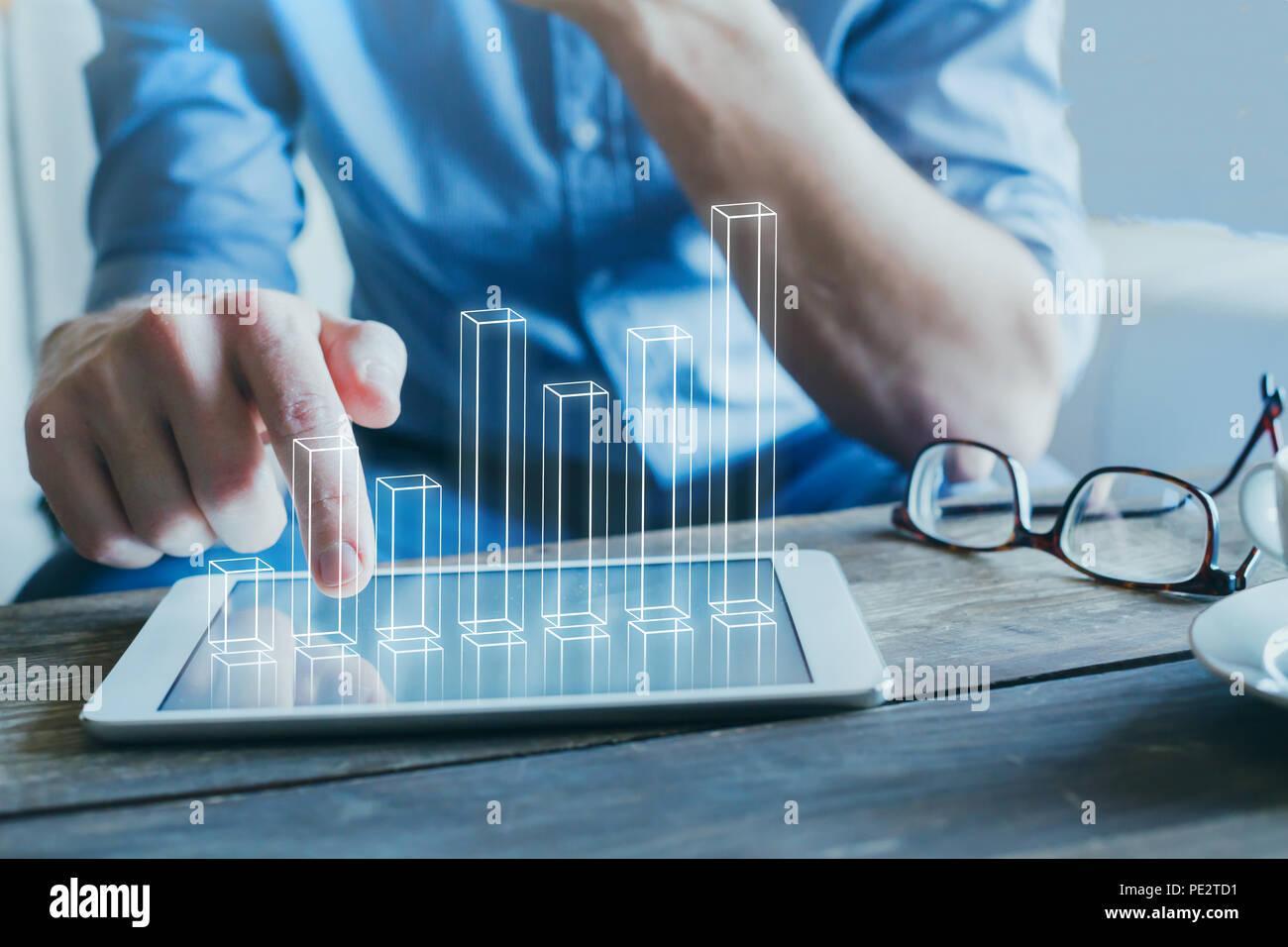 Empresario utilizando la tecnología digital para empresas start-up, gráfico de columnas 3D Imagen De Stock