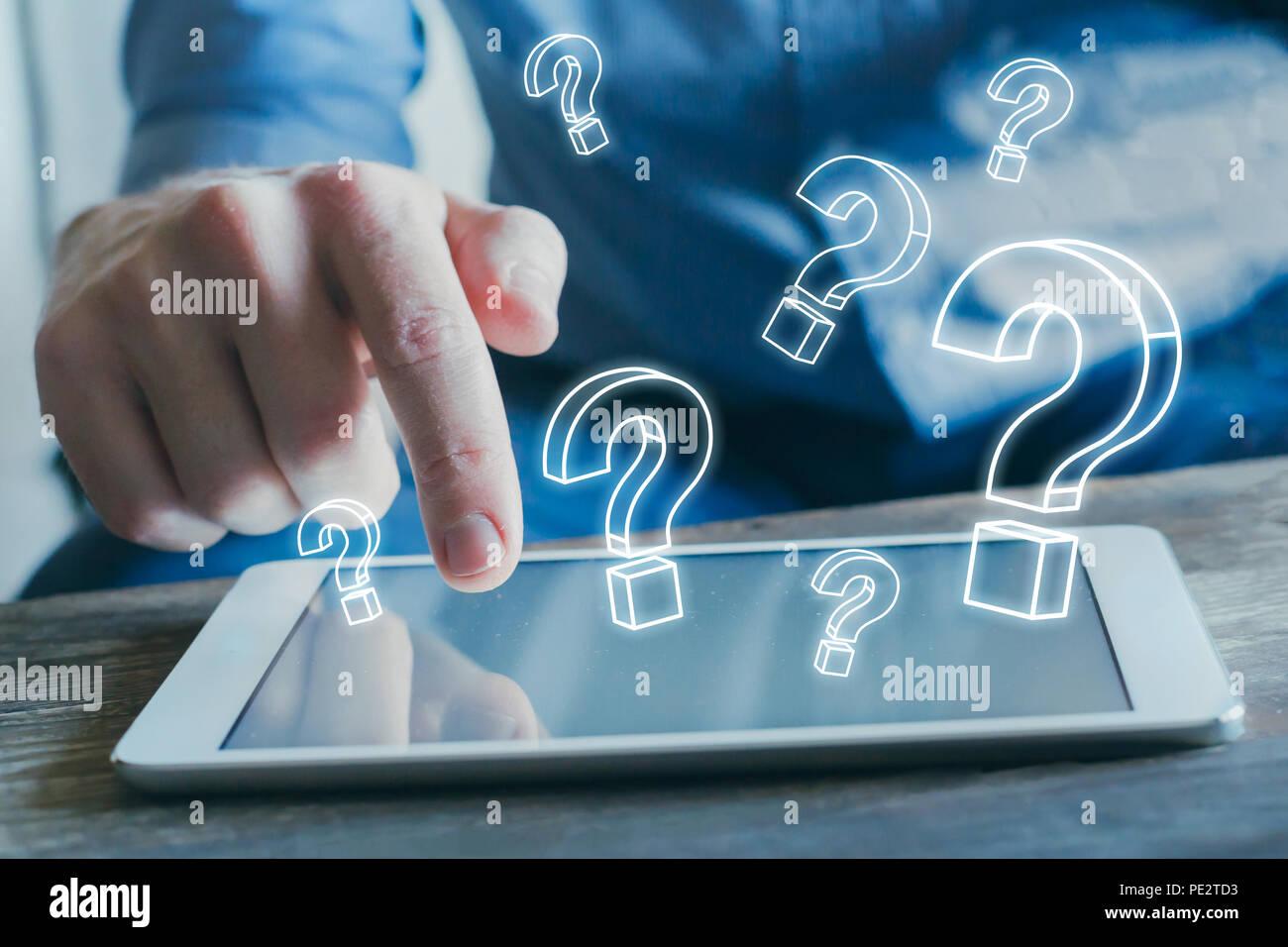 Muchas marcas quiestion desde la pantalla del tablet PC, encontrar respuesta en línea, preguntas frecuentes concepto, qué dónde, cuándo, cómo y por qué, buscar información en internet Foto de stock
