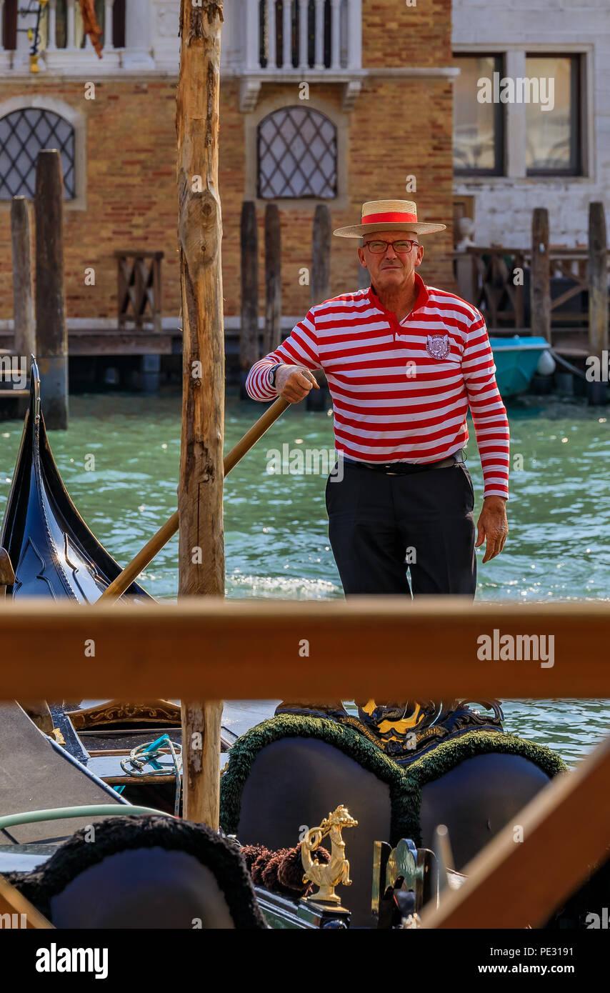 Traditional Gondola Hat Imágenes De Stock   Traditional Gondola Hat ... 8217a6ba45f