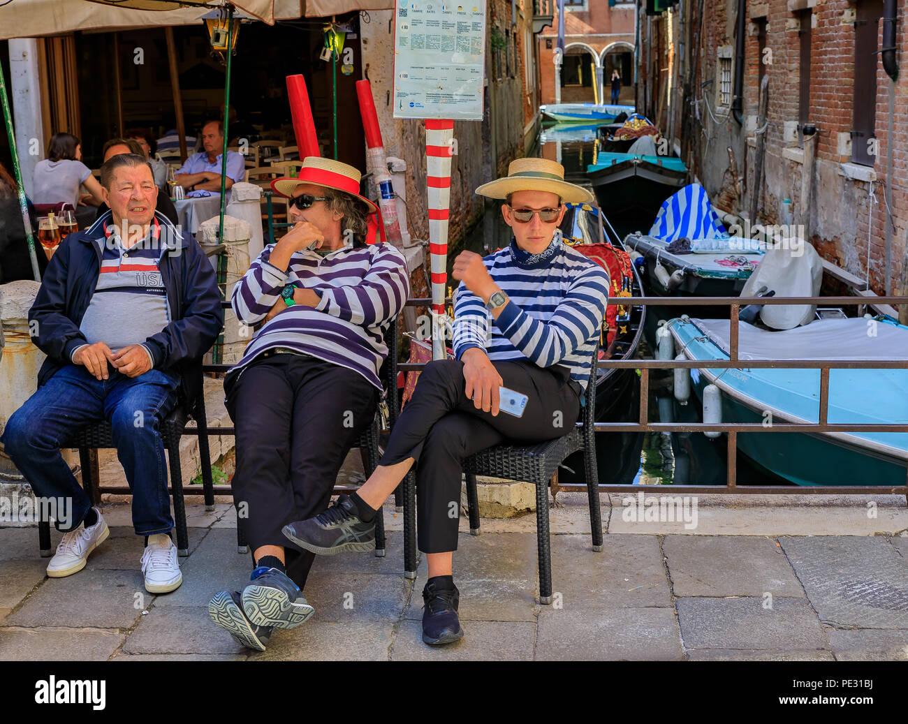 Straw Gondolier Hats Venice Venezia Imágenes De Stock   Straw ... 5cac3767ead