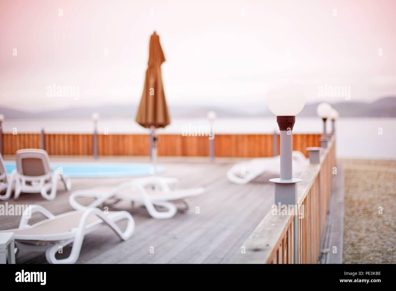 Deck De Madera Playa Mar Ocean Resort Tumbona Sombrilla