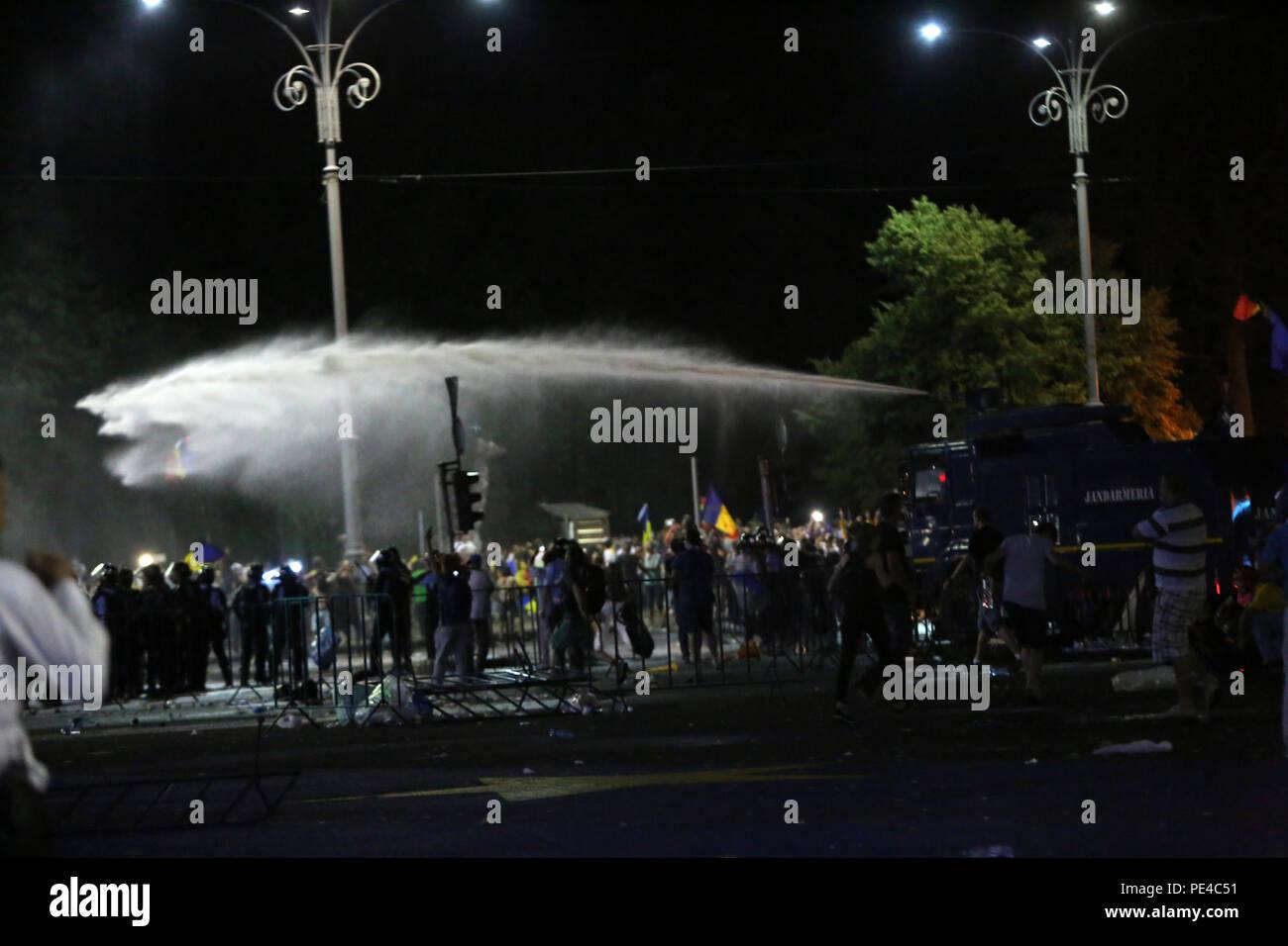 Bucarest, Rumania - Agosto 10, 2018: los cañones de agua son usadas durante la violenta protesta antigubernamental en Bucarest. Imagen De Stock