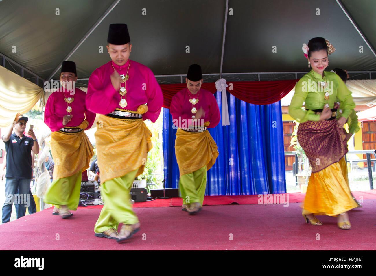 44073d24c6 Los artistas intérpretes o ejecutantes de danza de Malasia en vestimentas  tradicionales durante el día cultural el 16 ...