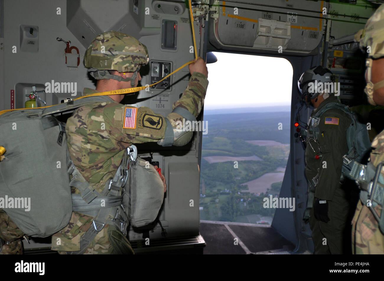 El Sargento. Thomas Bryant, un jefe de salto con la 173ª Brigada Aerotransportada, junto un loadmaster de la Fuerza Aérea de EE.UU. 18ª Ala de Transporte Aéreo busca su punto de referencia durante un combinado estadounidense-húngaro operación aerotransportada como parte del ejercicio valiente guerrero, cerca de Gyor, Hungría, del 16 de septiembre. Imagen De Stock
