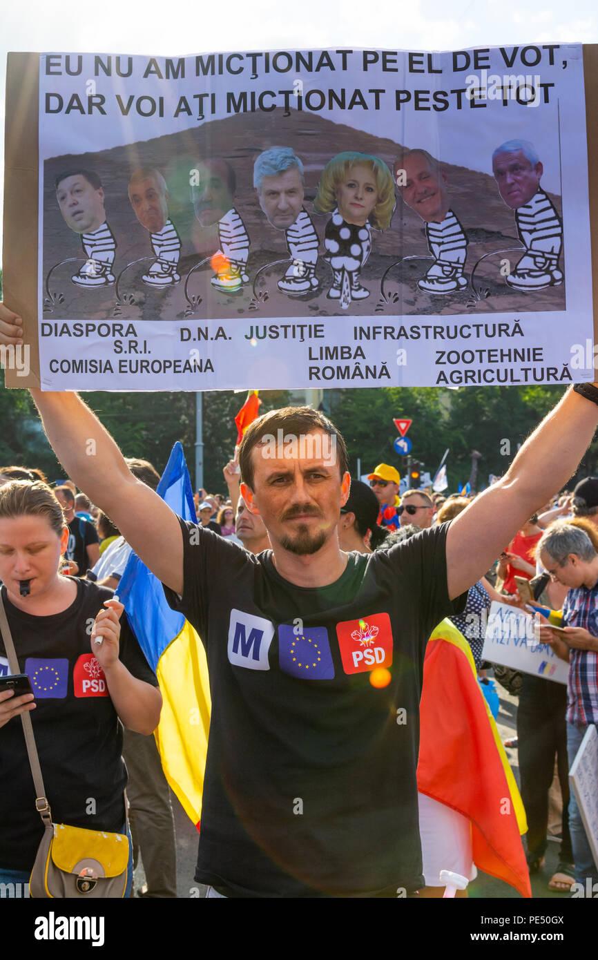 Bucarest, Rumania - 10 de agosto de 2018: Joven protestando por la diáspora protesta contra la manera en Rumania se rige por los Socialdemócratas Imagen De Stock