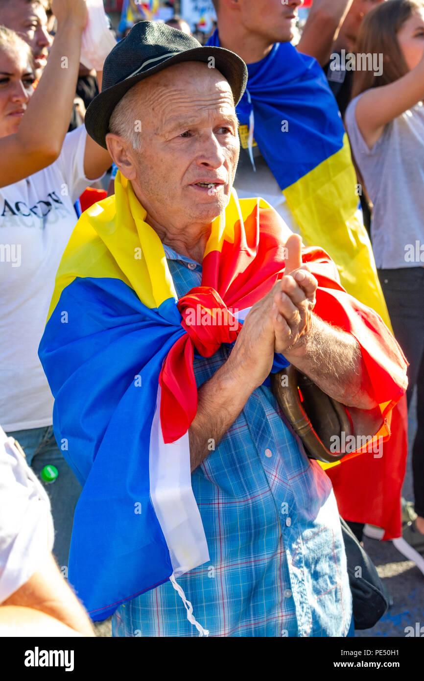 Bucarest, Rumania - 10 de agosto de 2018: un hombre viejo para protestar por la diáspora protesta contra la manera en Rumania se rige por los Socialdemócratas Imagen De Stock